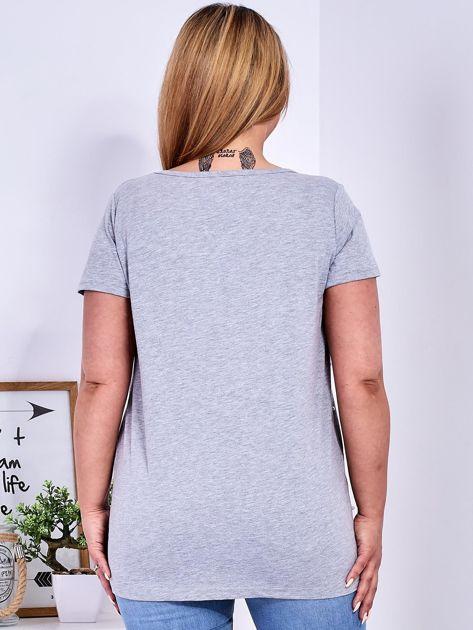 Jasnoszary t-shirt z perełkami PLUS SIZE                              zdj.                              2