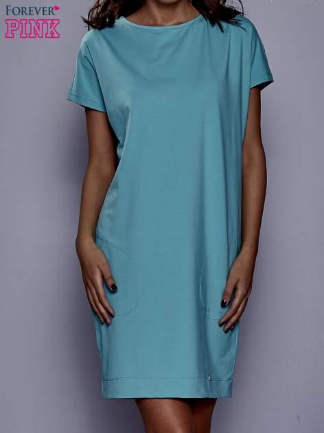 Jasnozielona sukienka dresowa z kieszeniami po bokach