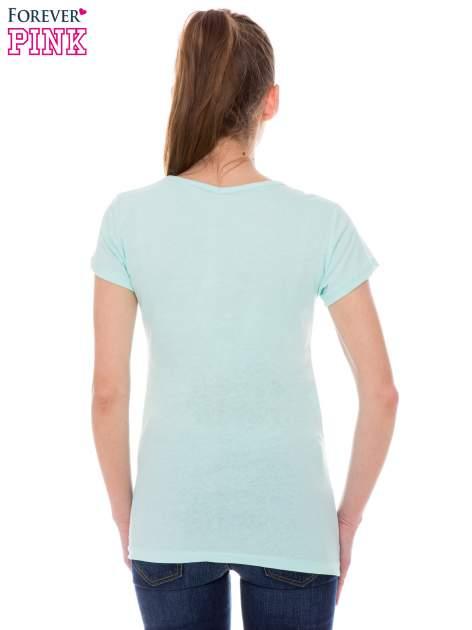 Jasnozielony t-shirt z nadrukiem trampek                                  zdj.                                  3
