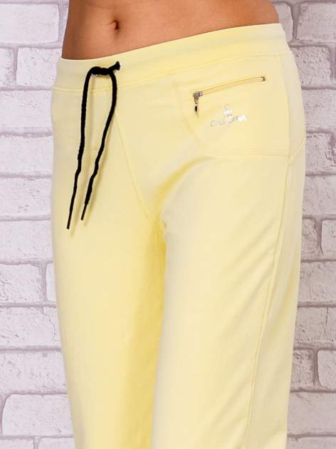Jasnożółte spodnie sportowe capri                                  zdj.                                  4