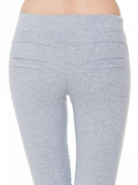 Jeansowo-dresowe spodnie typu tregginsy wiązane w pasie                                  zdj.                                  7