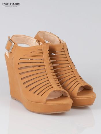 Karmelowe zamszowe sandały na koturnie Noelle                                  zdj.                                  2