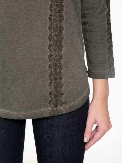 Khaki bluza z koronkowymi aplikacjami                                  zdj.                                  6