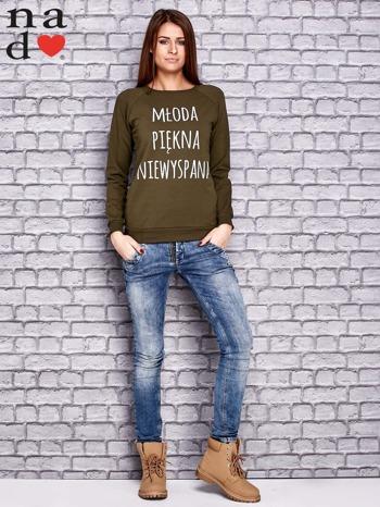 Khaki bluza z napisem MŁODA PIĘKNA NIEWYSPANA                                  zdj.                                  2