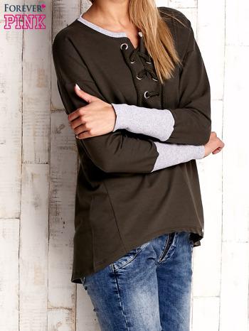 Khaki bluza z wiązaniem i szerokim ściągaczem                              zdj.                              3