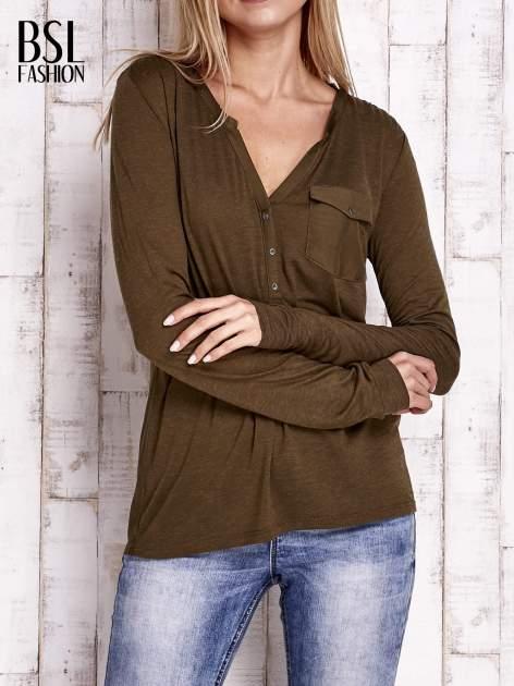 Khaki bluzka z atłasowym obszyciem przy dekolcie i kieszonką                                  zdj.                                  1
