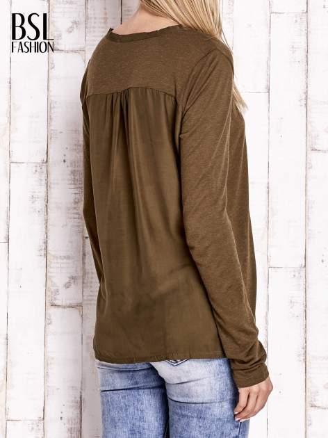 Khaki bluzka z atłasowym obszyciem przy dekolcie i kieszonką                                  zdj.                                  4