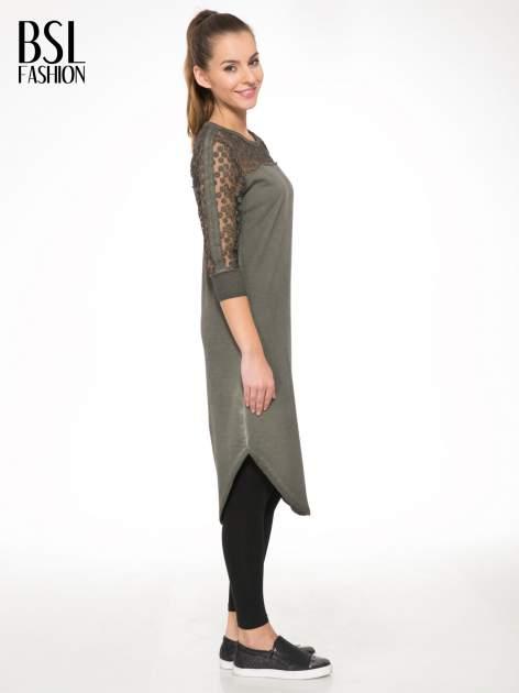 Khaki dresowa sukienka z koronkowym karczkiem                                  zdj.                                  3