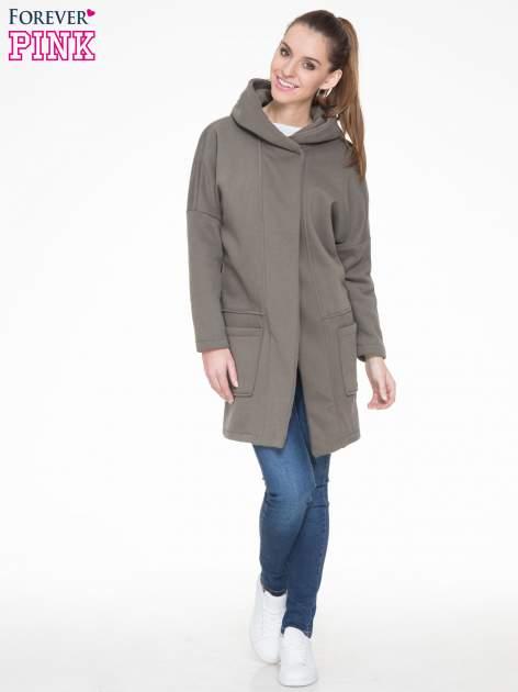 Khaki dresowy płaszcz z kapturem i kieszeniami                                  zdj.                                  2