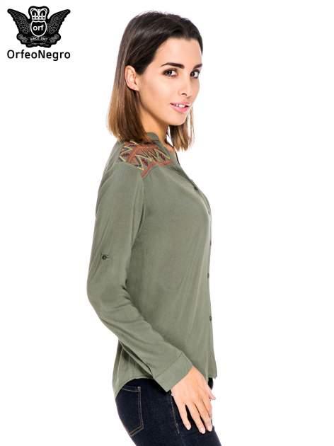 Khaki koszula z haftem etno na ramionach i kieszonką                                  zdj.                                  3