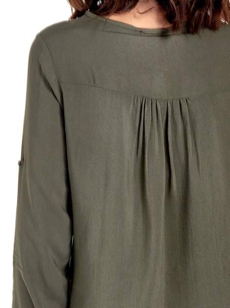 Khaki koszula ze wzorzystą wstawką w stylu etno                                  zdj.                                  7
