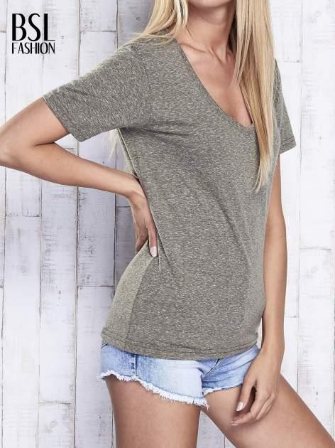 Khaki melanżowy t-shirt z trójkątnym dekoltem                                  zdj.                                  3