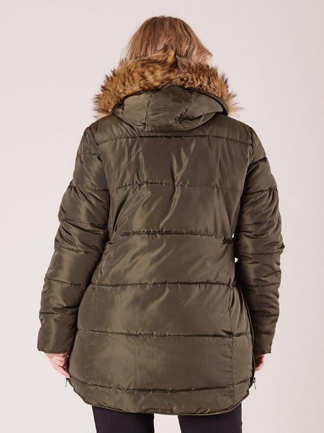 Khaki pikowana kurtka damska z futerkiem PLUS SIZE                              zdj.                              2