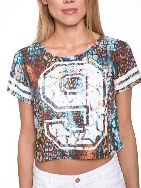 Khaki t-shirt typu crop top z numerkiem                                  zdj.                                  6