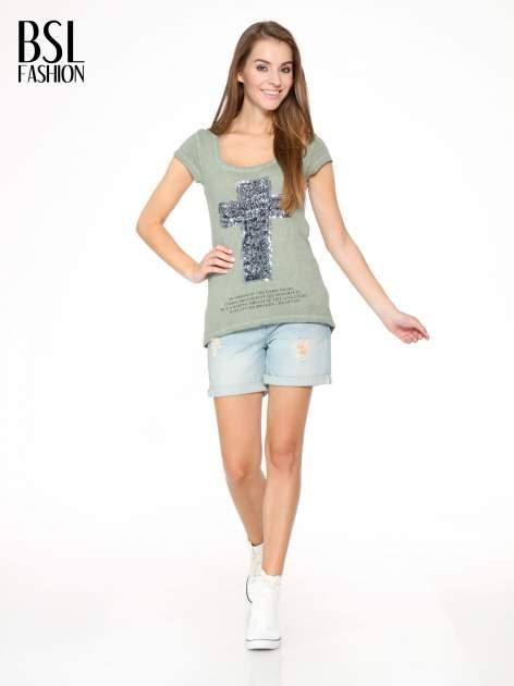 Khaki t-shirt z cekinowym krzyżem                                  zdj.                                  5