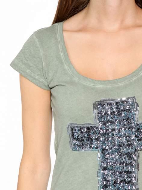 Khaki t-shirt z cekinowym krzyżem                                  zdj.                                  6