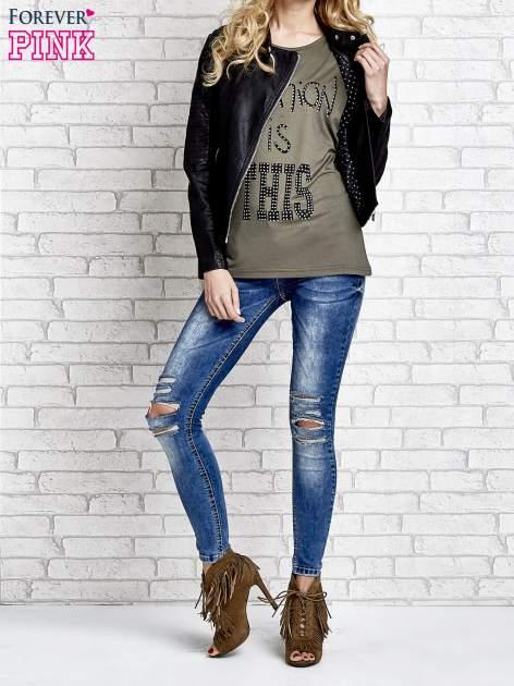 Khaki t-shirt z napisem FASHION IS THIS z dżetami                                  zdj.                                  4