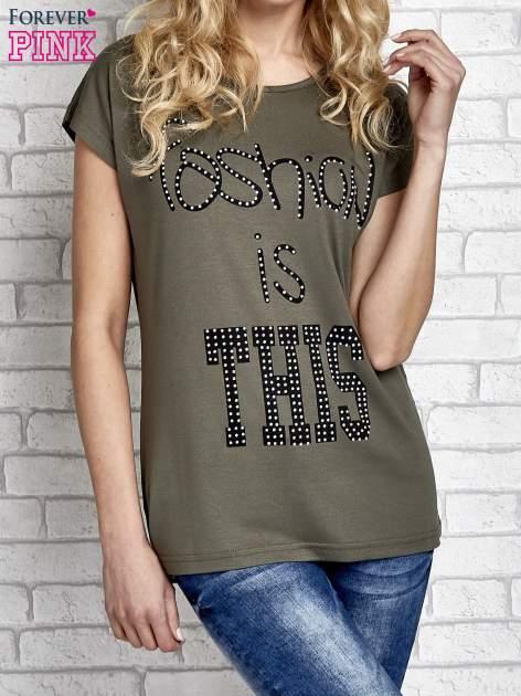Khaki t-shirt z napisem FASHION IS THIS z dżetami                                  zdj.                                  1