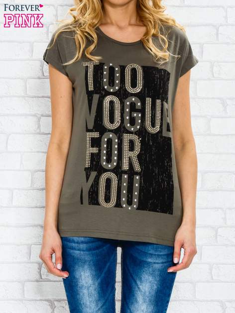 Khaki t-shirt z napisem TOO VOGUE FOR YOU z dżetami