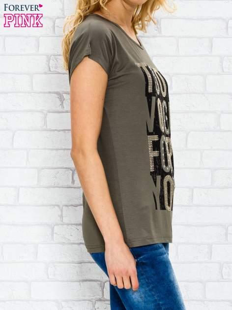 Khaki t-shirt z napisem TOO VOGUE FOR YOU z dżetami                                  zdj.                                  3