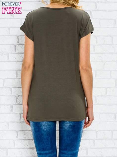Khaki t-shirt z napisem TOO VOGUE FOR YOU z dżetami                                  zdj.                                  2