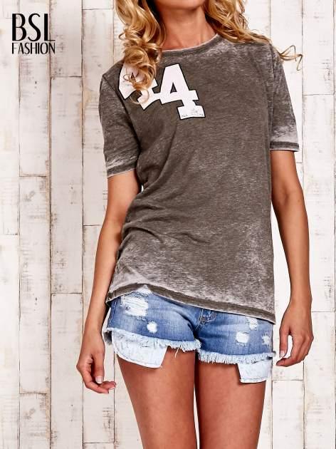 Khaki t-shirt z numerkiem efekt acid wash                                  zdj.                                  1