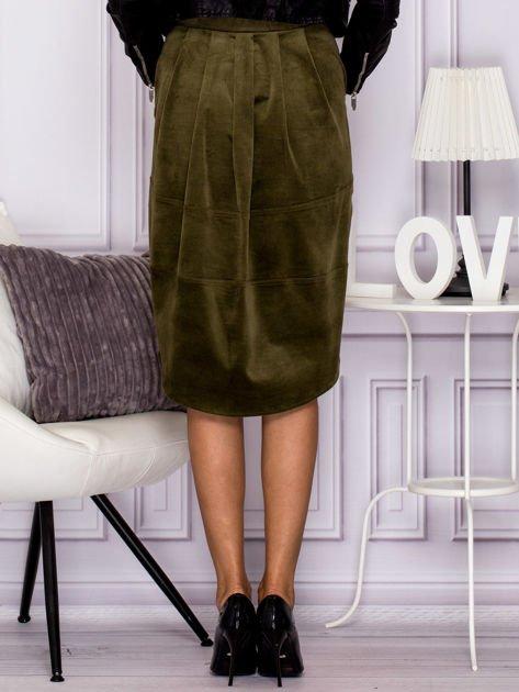 Khaki welurowa spódnica z militarnymi naszywkami                              zdj.                              2
