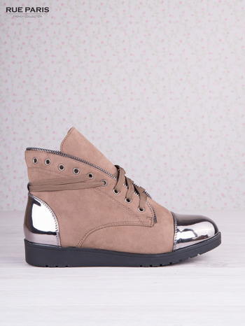 Khaki zamszowe sneakersy z ozdobnym suwakiem i lustrzanymi wstawkami