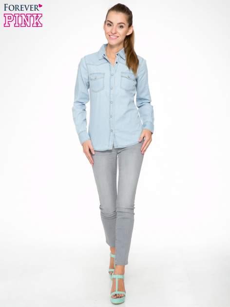 Klasyczna jasnoniebieska jeansowa koszula z kieszonkami                                  zdj.                                  2
