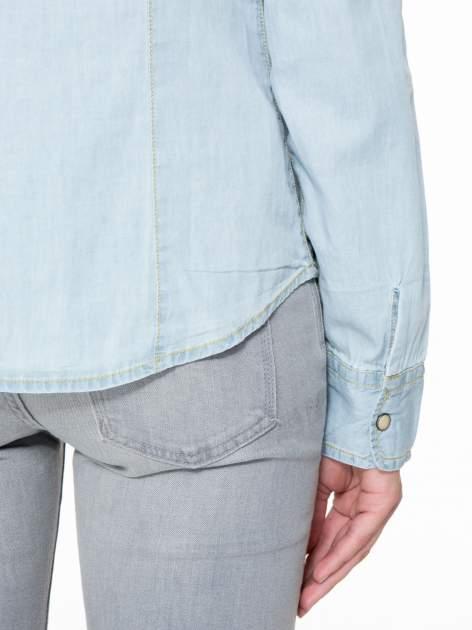 Klasyczna jasnoniebieska jeansowa koszula z kieszonkami                                  zdj.                                  8