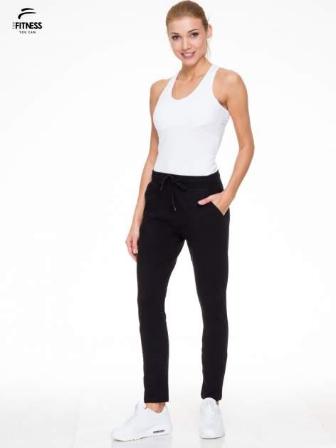 Klasyczne czarne spodnie dresowe wiązane w pasie                                  zdj.                                  2