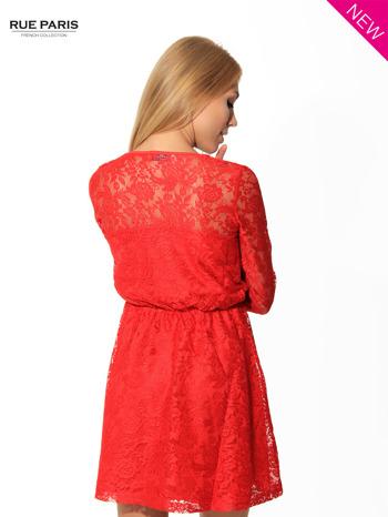Kloszowana sukienka pokryta na górze czerwoną przezroczystą koronką                                  zdj.                                  4