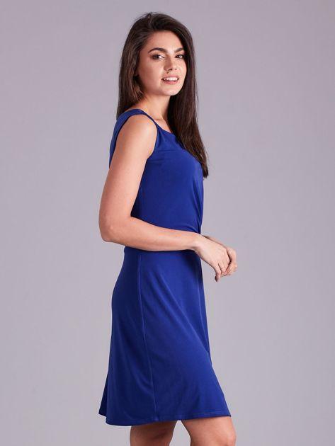 Kobaltowa drapowana elegancka sukienka                              zdj.                              3