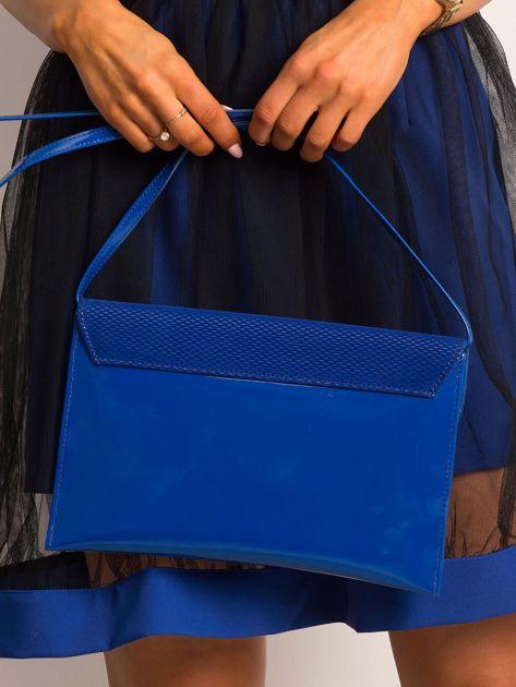 Kobaltowa lakierowana kopertówka z klapką                              zdj.                              2