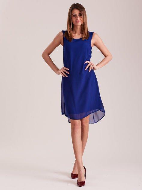 Kobaltowa sukienka z aplikacją z tyłu                              zdj.                              4