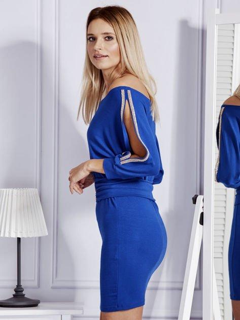 Kobaltowa sukienka z biżuteryjnymi wstawkami i wycięciami                               zdj.                              5