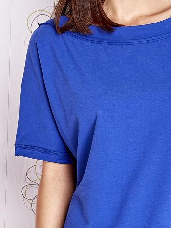 Kobaltowy t-shirt z dekoltem w łódkę                                  zdj.                                  5