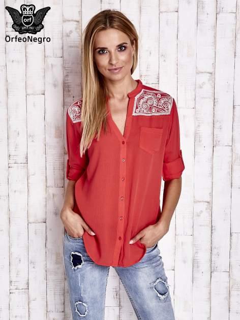 Koralowa koszula damska z haftem na ramionach                                  zdj.                                  3