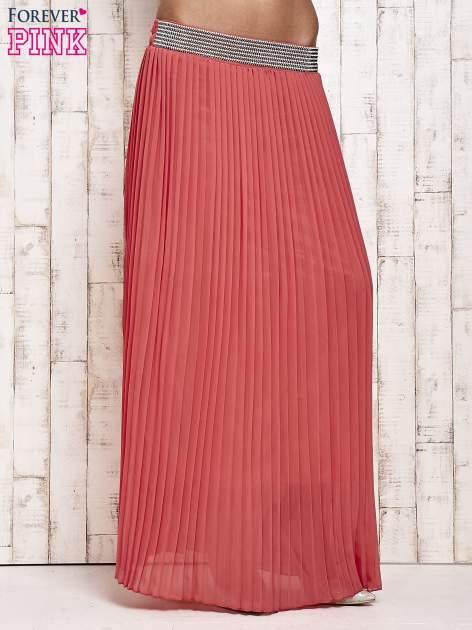 Koralowa spódnica maxi plisowana z dżetami w pasie