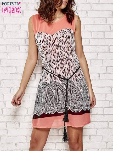 Koralowa sukienka boho z paskiem z frędzlami