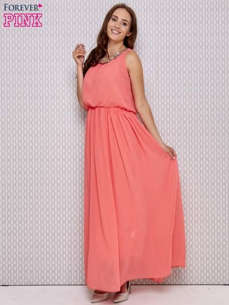 Koralowa sukienka maxi z łańcuchem przy dekolcie                                  zdj.                                  2
