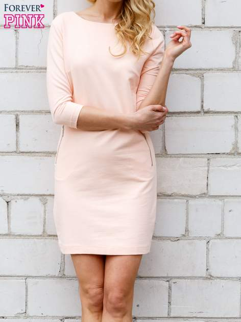 Koralowa sukienka z kieszeniami na suwak                                  zdj.                                  2