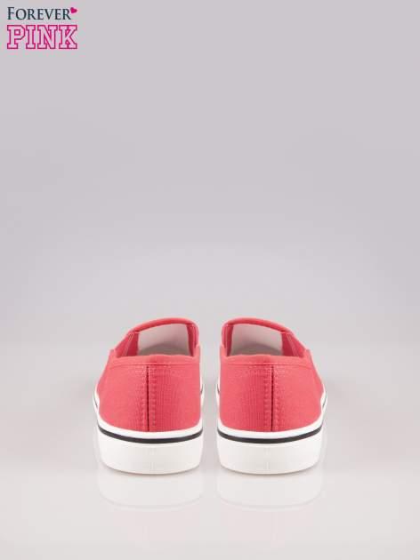 Koralowe buty slip on na białej podeszwie                                  zdj.                                  3