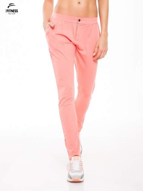 Koralowe spodnie dresowe damskie z podwijaną nogawką                                  zdj.                                  1