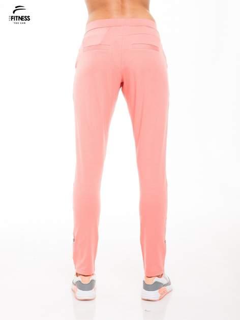 Koralowe spodnie dresowe damskie z podwijaną nogawką                                  zdj.                                  2