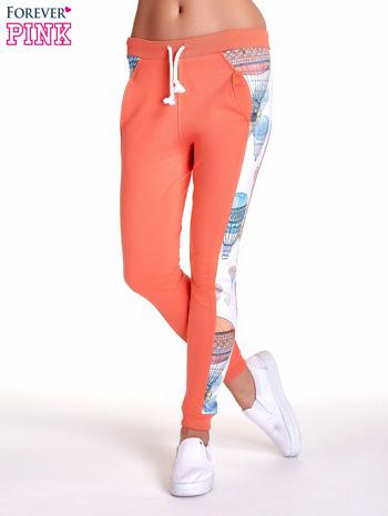 Koralowe spodnie dresowe z lampasem w balony                                  zdj.                                  1