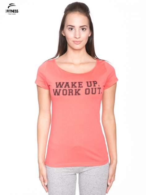 Koralowy bawełniany t-shirt z nadrukiem tekstowym WAKE UP WORK OUT                                  zdj.                                  1