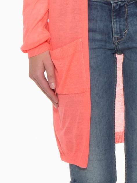 Koralowy długi sweter typu kardigan z kieszonkami                                  zdj.                                  7