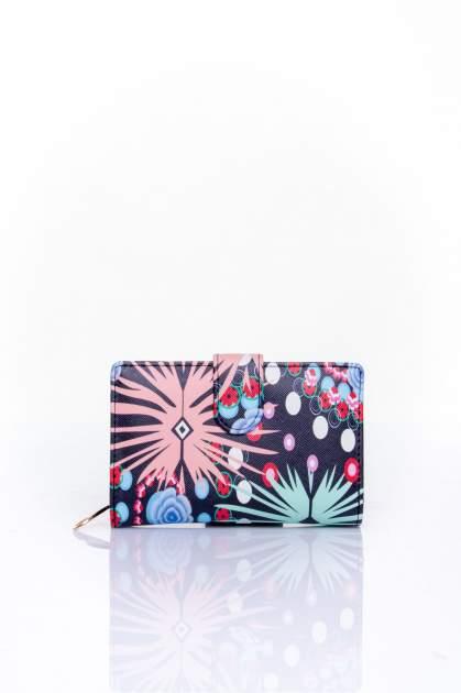 Koralowy portfel w graficzne wzory