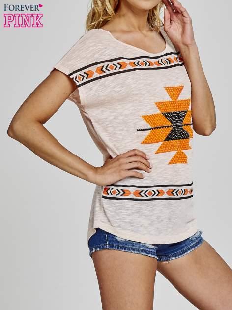 Koralowy t-shirt we wzory azteckie z dżetami                                  zdj.                                  3